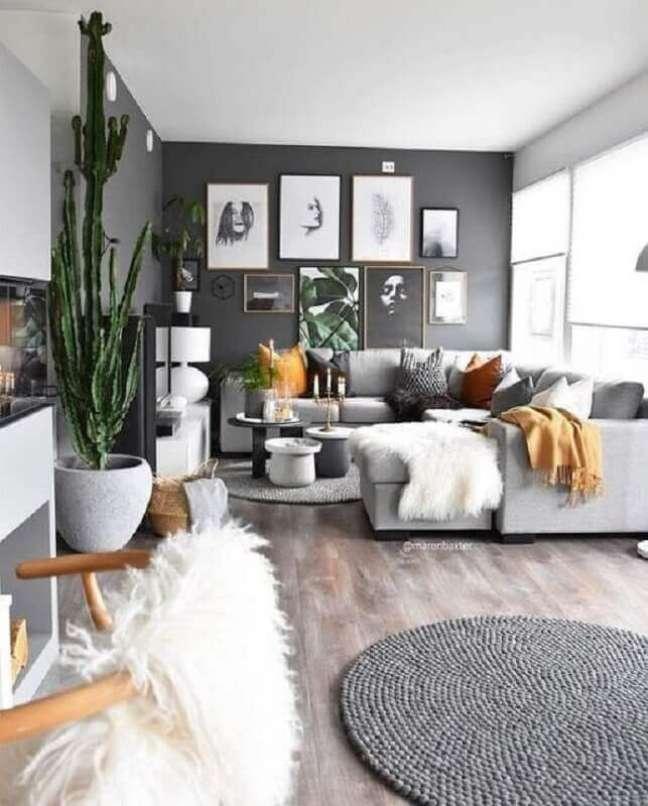 25. Decoração sala cinza e branco com almofadas para sofá grande – Foto: Apartment Therapy