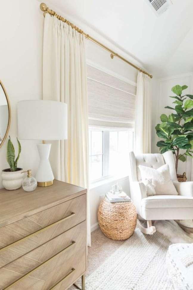 40. Decoração de quarto de bebê moderno com móveis de madeira e poltrona bege – Foto Kelley Nan