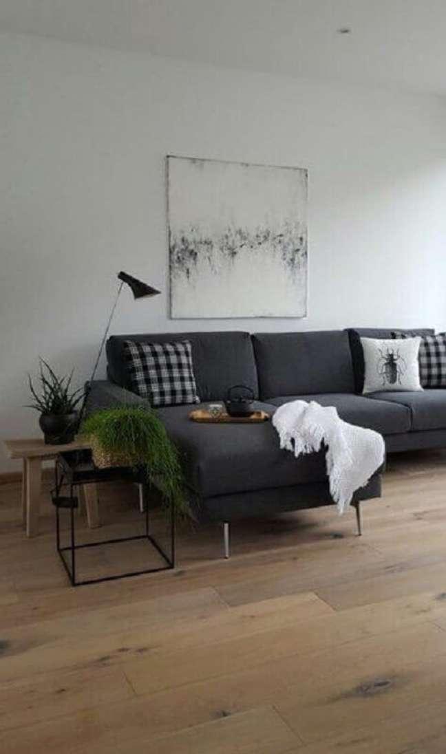 36. Mesa lateral preta para decoração sala cinza e branco simples – Foto: SoLebIch