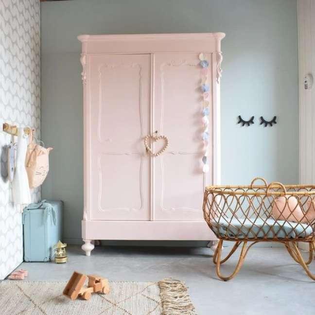 32. Quarto de bebe retro com guarda roupa rosa e berço de vime – Foto Pinterest