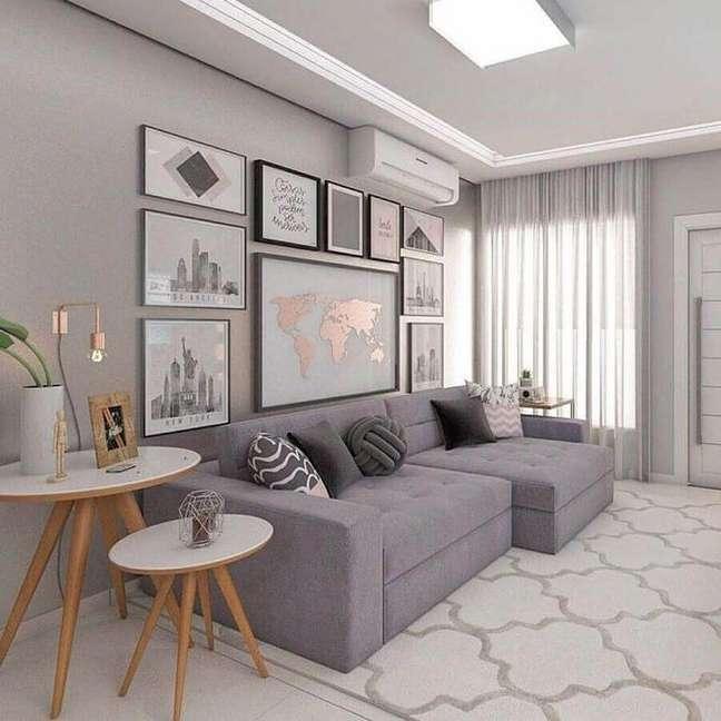 2. Quadros para decoração sala cinza e branco com mesa lateral redonda – Foto: Pinterest