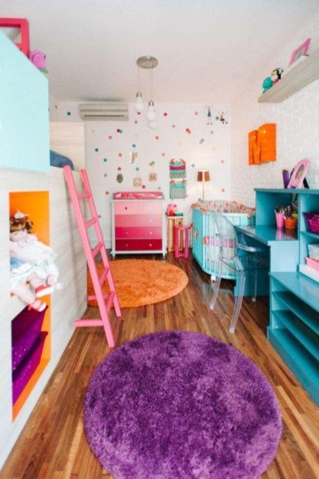 55. Quarto de bebê colorido moderno com escrivaninha para as crianças brincarem – Foto Pinterest