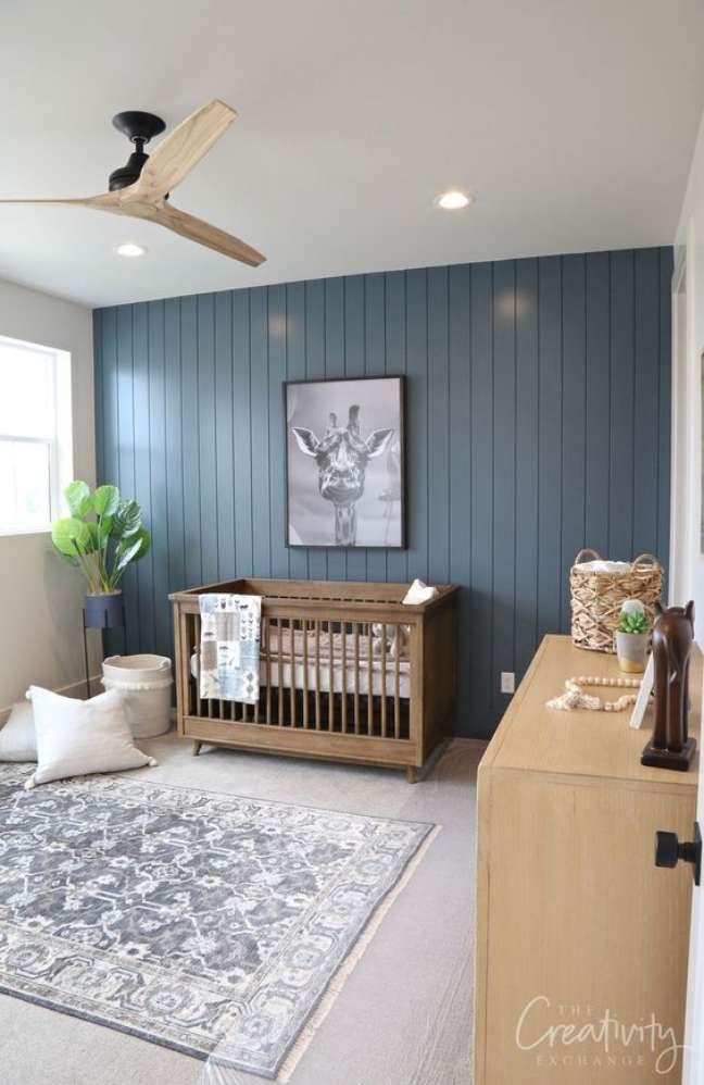 52. Lustre para quarto de bebê moderno com parede azul e quadro em preto e branco – Foto The Creativy Exchenge