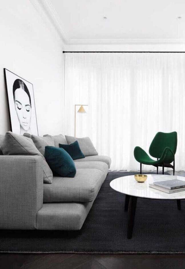 6. Decoração minimalista com poltrona verde para sala branca e cinza – Foto: Home Fashion Trend