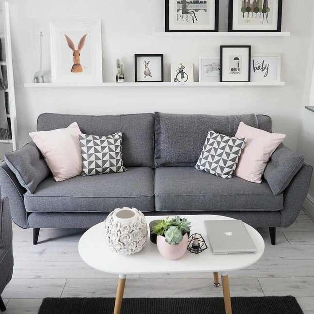 16. Decoração de sala cinza e branco com sofá pé palito e prateleiras para quadros – Foto: Pinterest