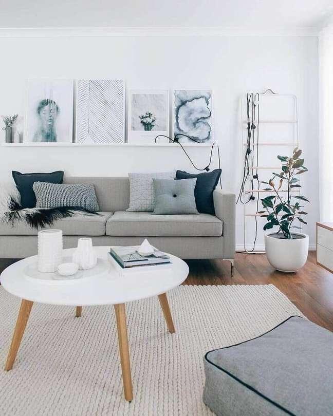 14. Decoração de sala cinza e branco com mesa de centro redonda e tapete de crochê – Foto: Archilovers