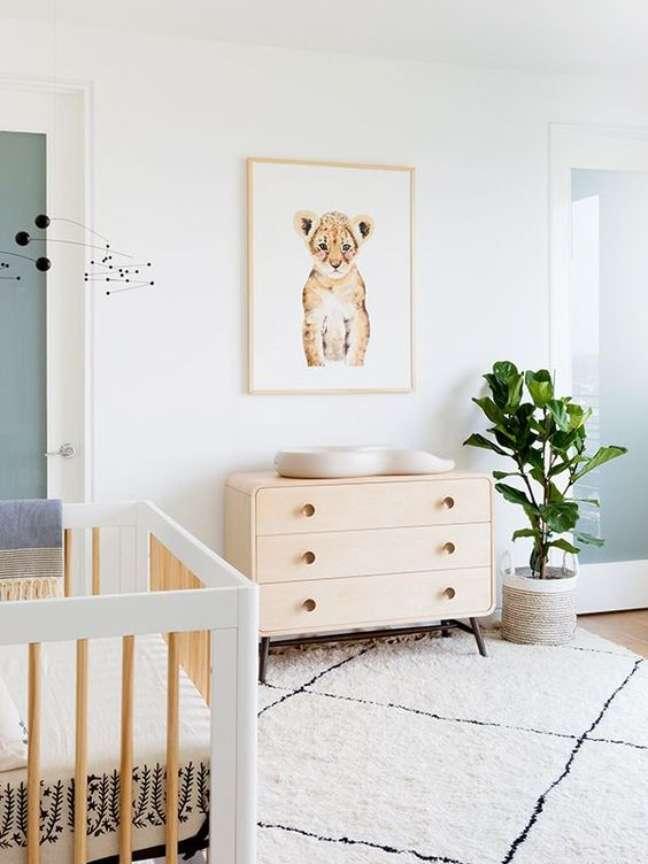 8. Quarto de bebê moderno em tons claros e quadro de safari – Foto My Domaine