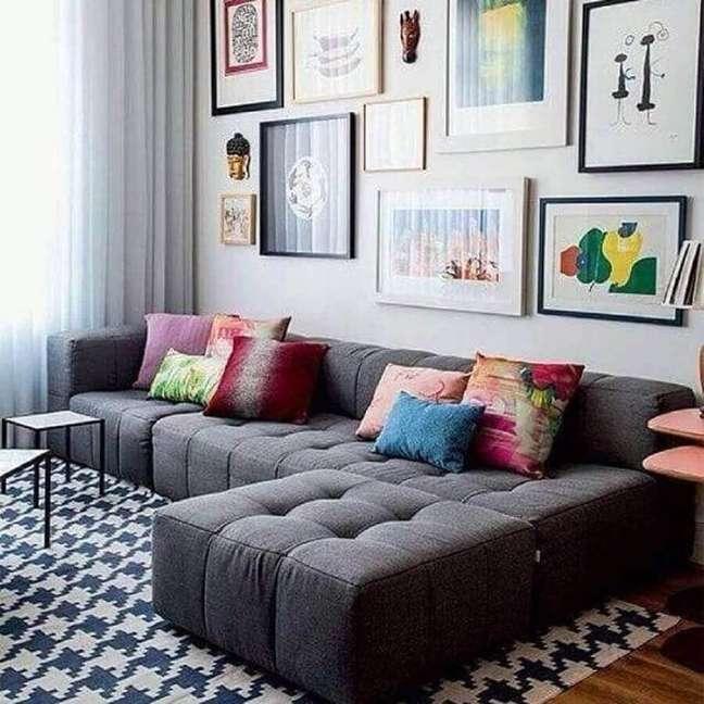 24. Almofadas são ótimas formas de inserir cor na decoração sala cinza e branco – Foto: Webcomunica