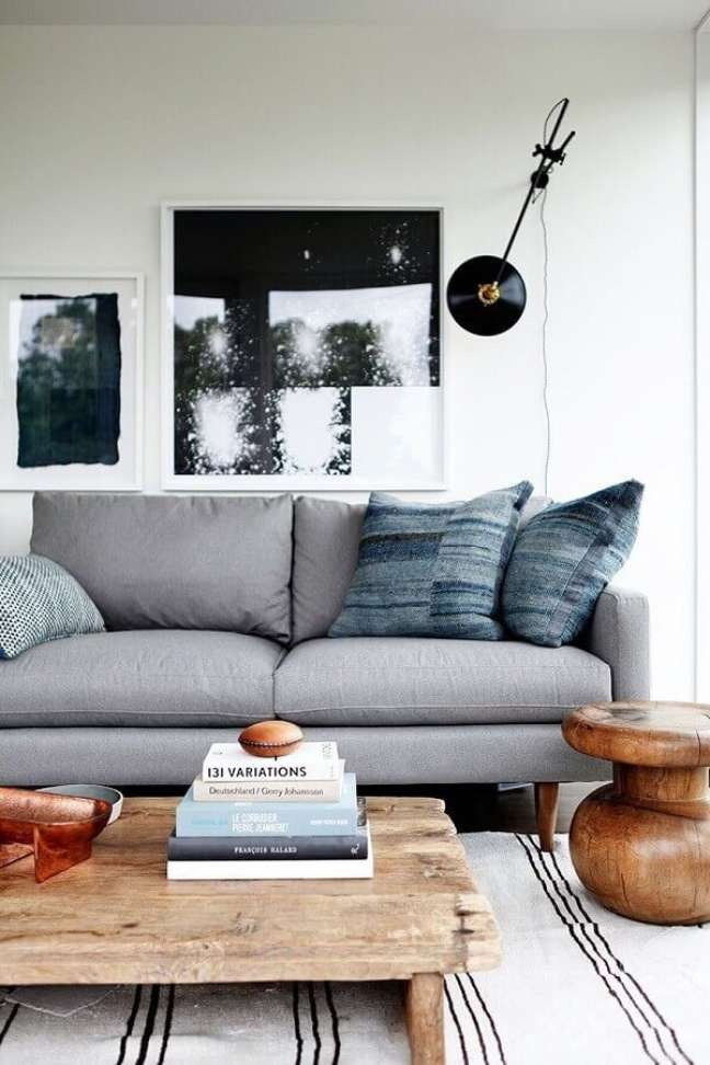 45. Sala branca e cinza decorada com tapete listrado e mesa de centro rústica – Foto: Pinterest