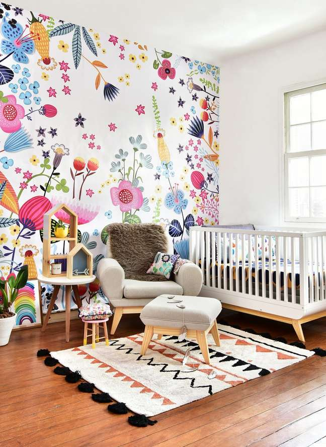 56. Quarto de bebê colorido moderno com papel de parede floral e móveis retrô – Foto Pinterest