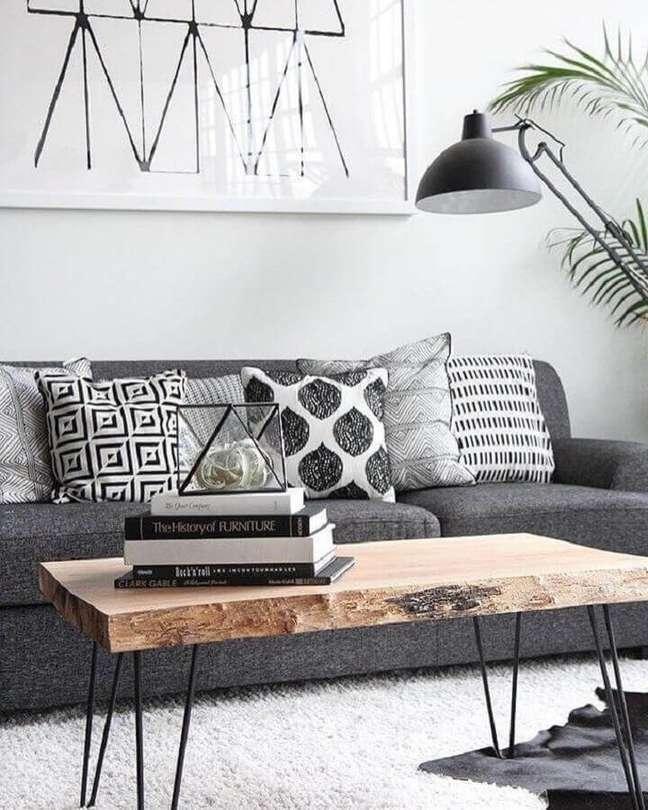35. Mesa de centro rústica para decoração de sala cinza e branco simples – Foto: Simples Decoração
