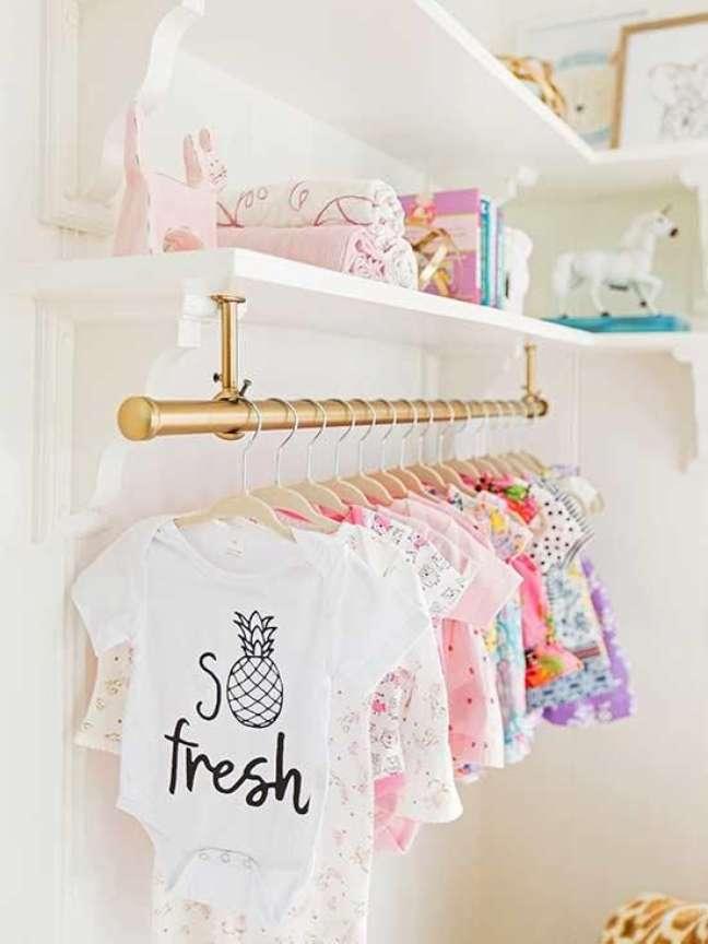 35. Cabideiro para quarto de bebê moderno e delicado – Foto Better homes And Gardens