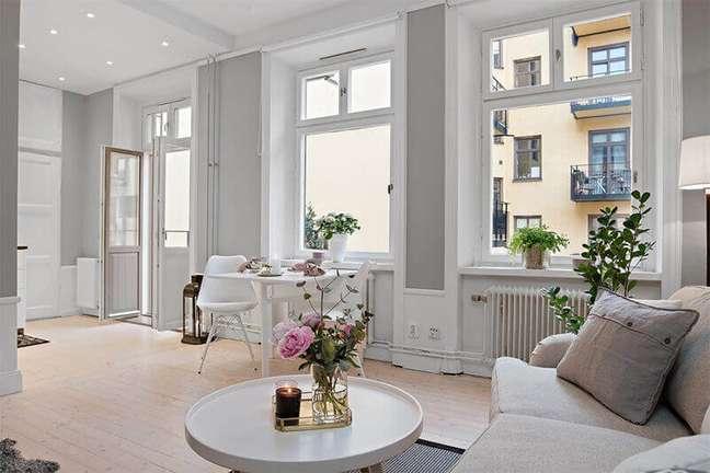 57. Vasos de flores para decoração de sala branca e cinza – Foto: Apartment Therapy