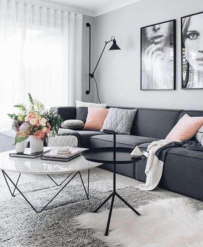 46. Sala cinza e branco moderna decorada com mesa de centro redonda e luminária de parede – Foto: We Heart It