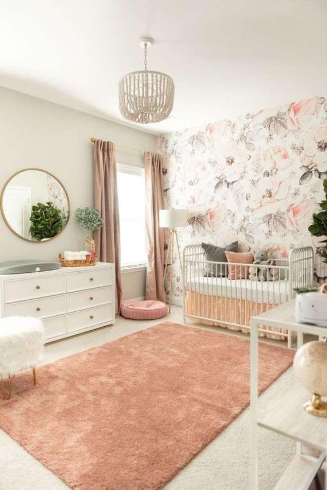 62. Quarto de bebe moderno com papel de parede rosa floral – Foto Etsy