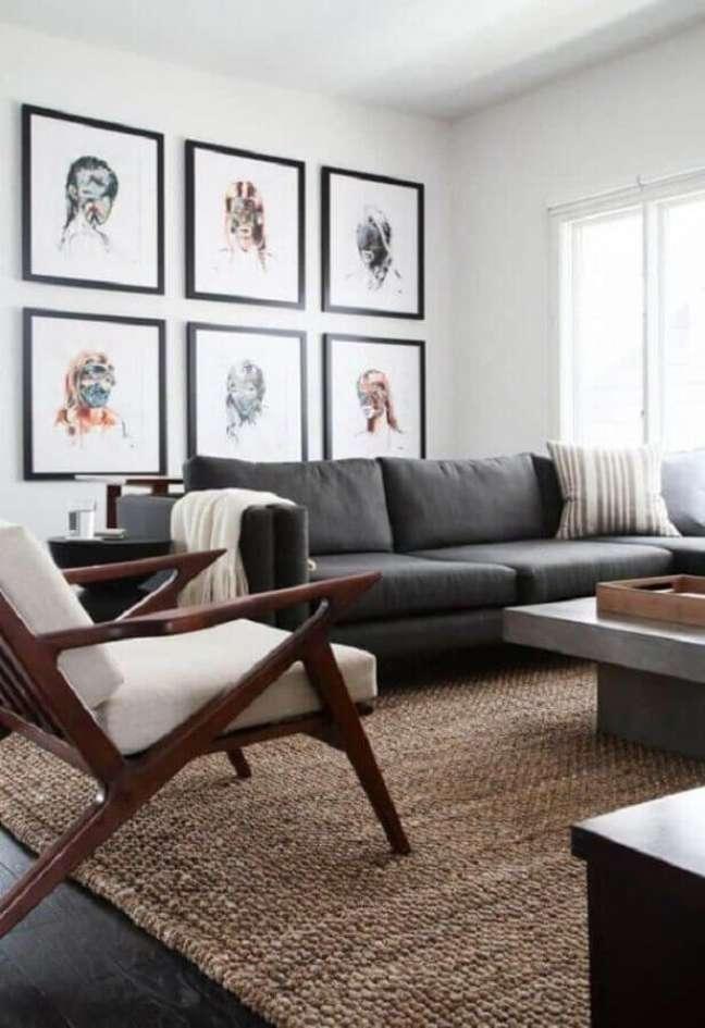 31. Decoração sala cinza e branco com tapete rústico e poltrona de madeira – Foto: Home & House Ideas