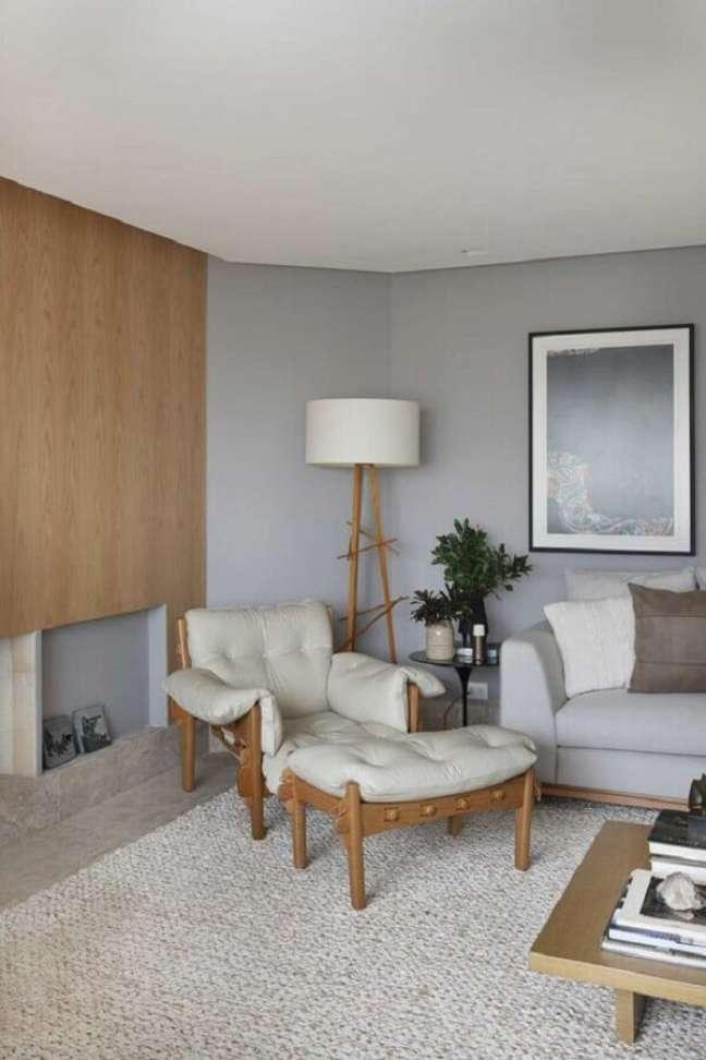 23. A madeira na decoração sala cinza e branco ajuda a trazer sensação de conforto ao ambiente – Foto: Casa de Valentina