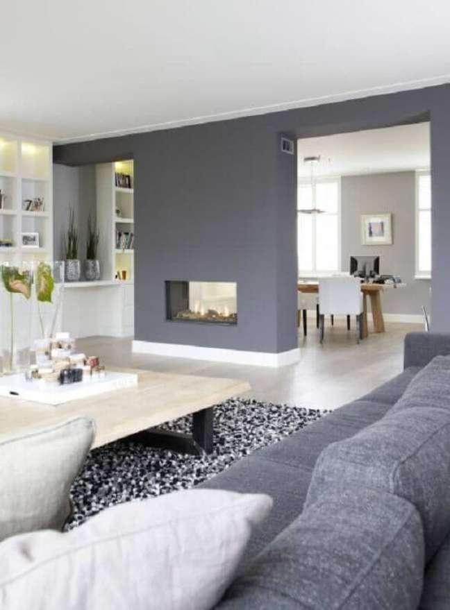 28. Decoração sala cinza e branco com lareira – Foto: Pinterest
