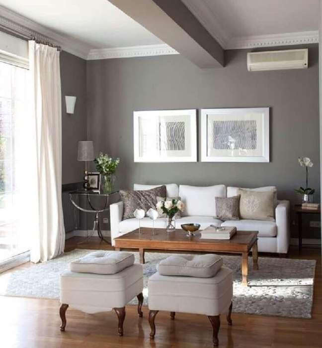 50. Sala pintada de cinza e branco decorada com mesa de centro de madeira – Foto: El Mueble