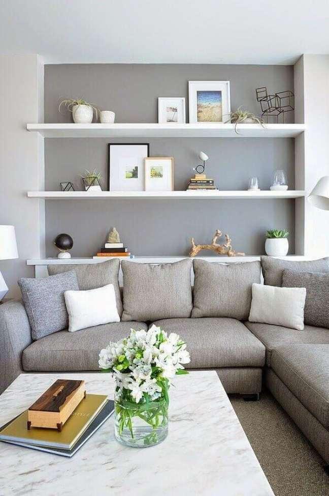 41. Prateleiras para decoração sala cinza e branco com sofá de canto – Foto: Houzz