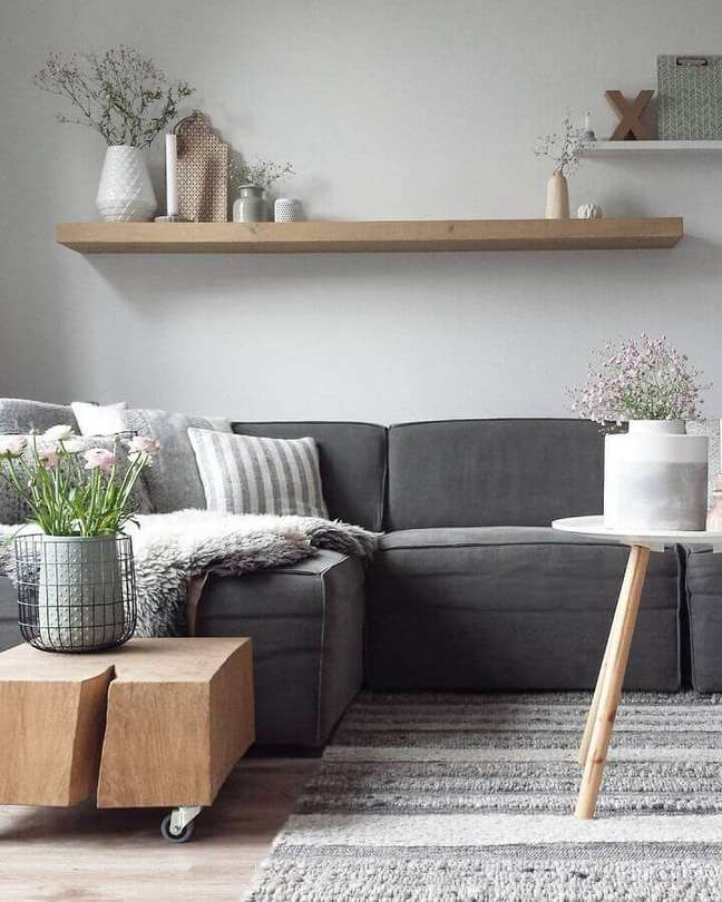 4. Decoração de sala cinza e branco simples com mesa de lateral de madeira – Foto: Home & House Ideas