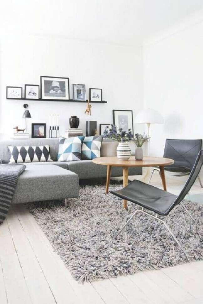 48. Sala de estar cinza e branco decorada com tapete felpudo e almofadas estampadas – Foto: Pinterest