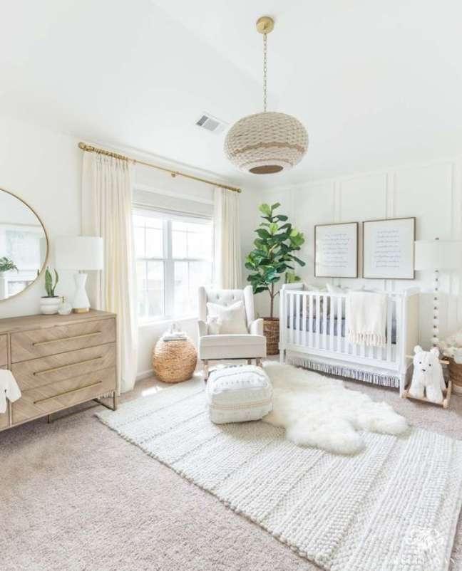 11. Quarto de bebê moderno com móveis brancos e de madeira – Foto Bitsy Bug Boutique