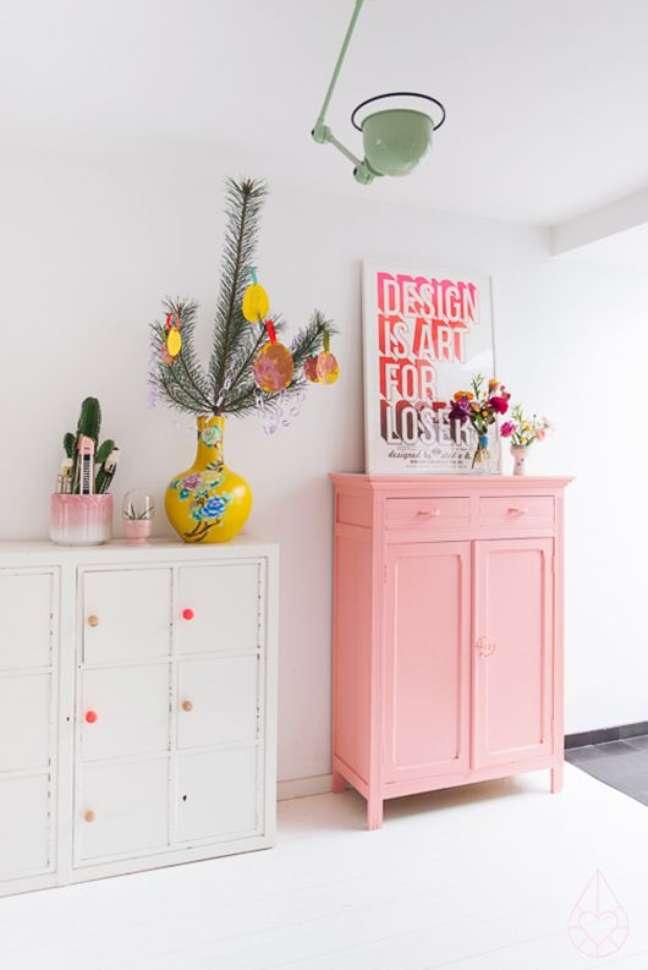 27. Quarto de bebe retro com moveis rosa e branco – Foto Pinterest