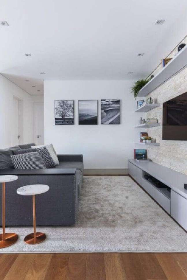 1. Decoração de sala de TV branca e cinza com almofadas estampadas – Foto: Andrea Dametto Arquitetando