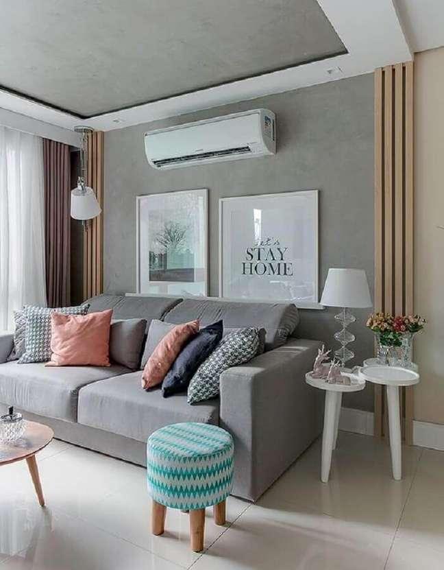 9. Almofadas coloridas para decoração sala cinza e branco com parede cimento queimado – Foto: Pinterest