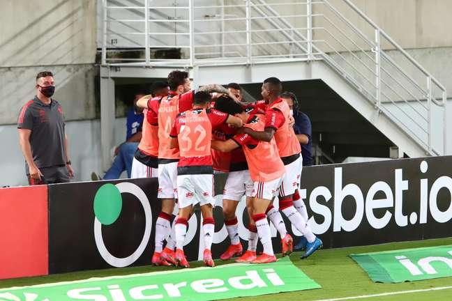 Jogadores do Flamengo comemoram o gol marcado por João Gomes contra o ABC