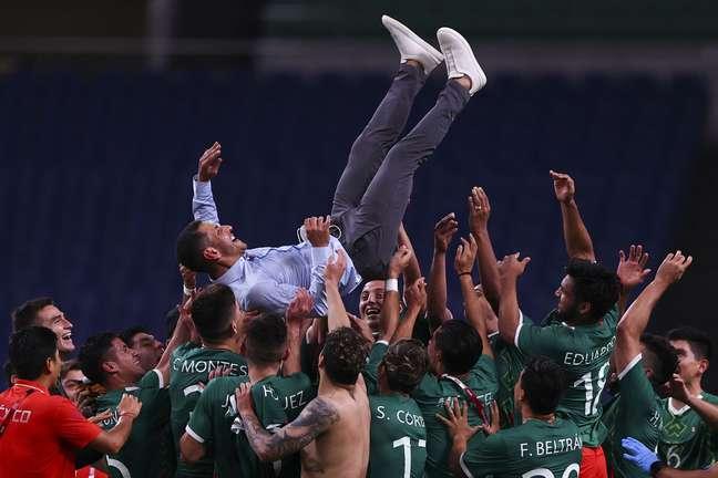 Técnico Jaime Lozano é festejado pelos mexicanos após conquistar a medalha de bronze Amr Abdallah Dalsh/Reuters