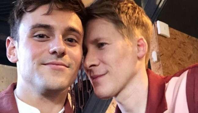 Tom e Dustin formam um dos casais gays mais badalados do eixo Los Angeles-Londres