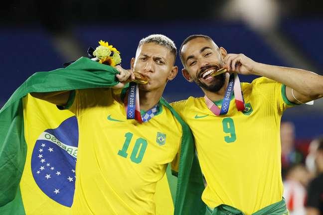Richarlison comemora ouro olímpico do futebol ao lado de Matheus Cunha