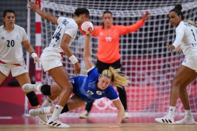 França venceu o Comitê Olímpico Russo no handebol feminino e ficou com o ouro (FRANCK FIFE/AFP)