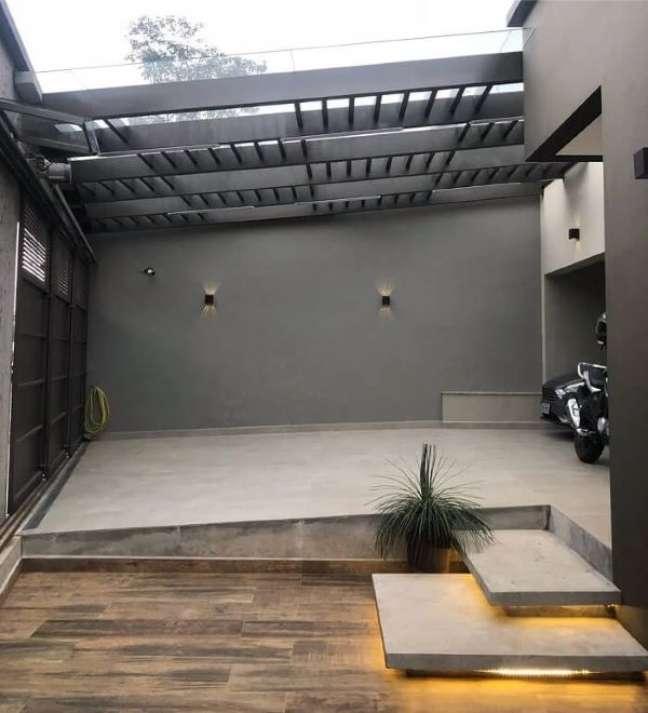 56. Garagem moderna com cerâmica bege e piso amadeirado na entrada de casa – Fonte Mayara Cancela Arquitetura
