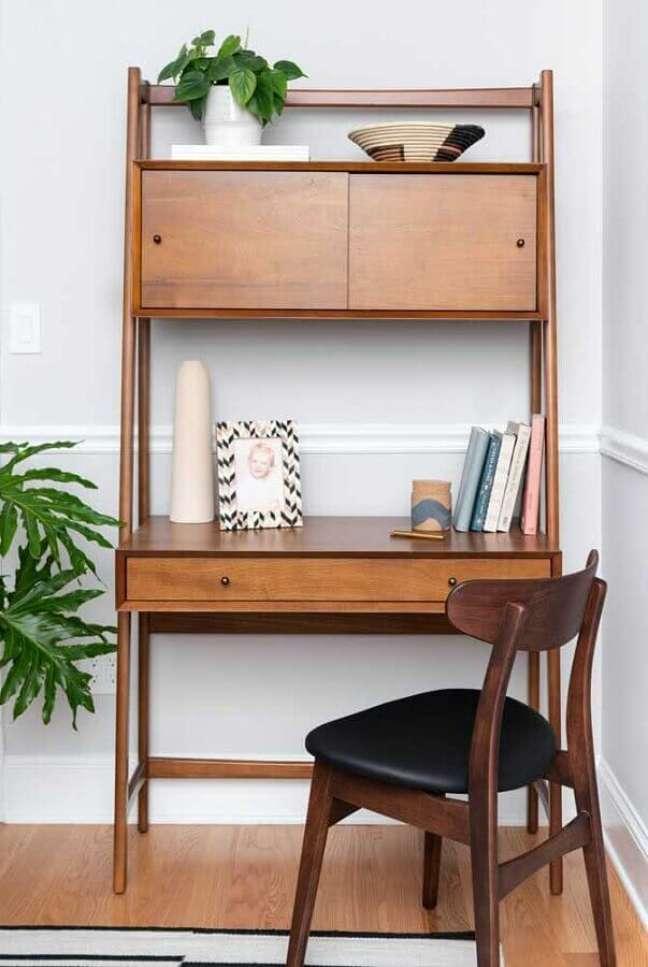 40. Decoração simples com cadeira de madeira e escrivaninha home office pequeno – Foto: Casa de Valentina