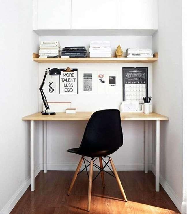 39. Decoração simples com armário aéreo e escrivaninha para home office pequeno – Foto: Pinterest