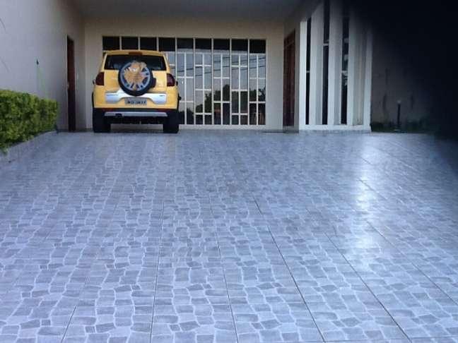 64. Piso para garagem com cerâmica em tons de azul moderno – Foto Pinterest