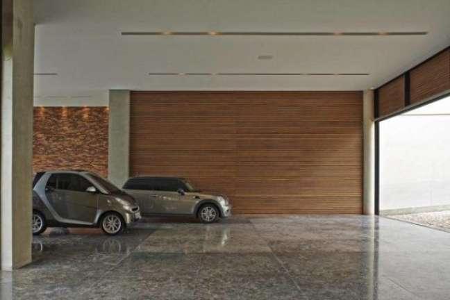 54. Garagem com piso cerâmico liso – Foto Pinterest