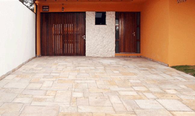43. Cerâmica para garagem em tons de cinza – Foto Vai com tudo