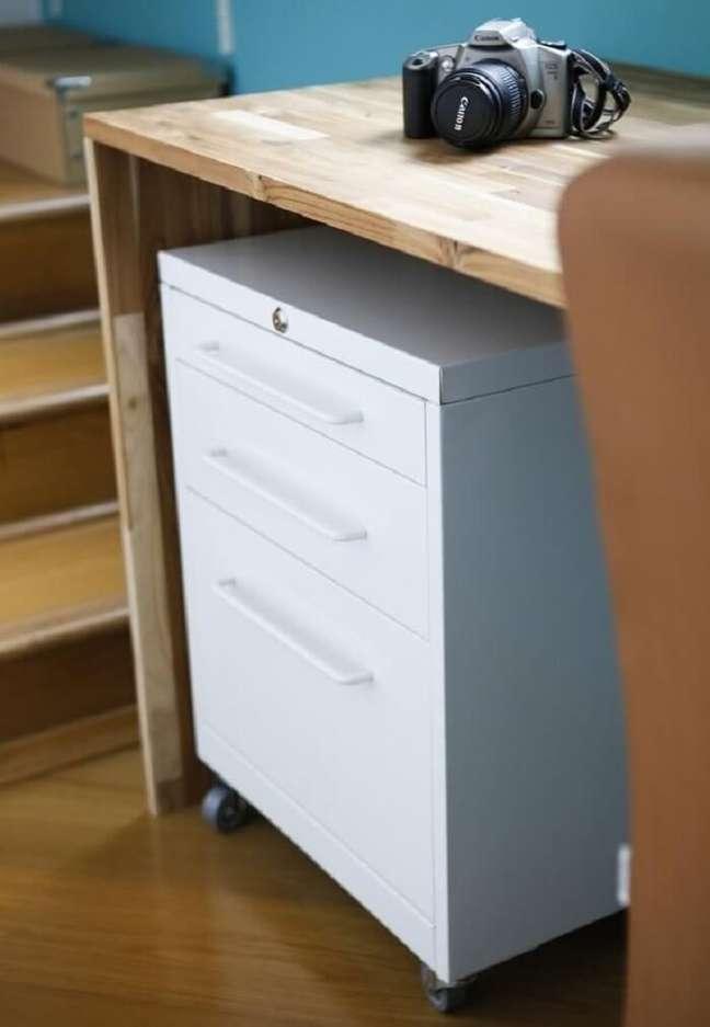 36. O gaveteiro branco é a peça perfeita para colocar um fim na bagunça dentro do ambiente. Projeto de Buji Decoração Reuso