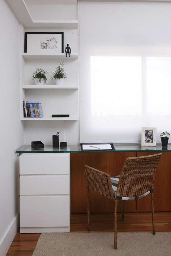 14. Escrivaninha com tampo de vidro e gaveteiro branco para o home office. Projeto de Marilia Caetano