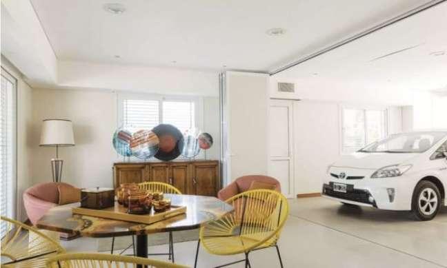 31. Cerâmica para garagem coberta em tons claros e mesa redonda para área de lazer – Foto Pinterest