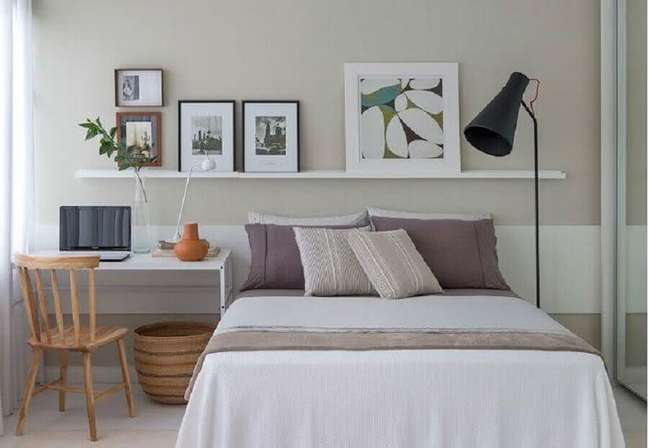 12. Cores claras para quarto de casal decorado com escrivaninha para home office pequeno – Foto: Pinterest