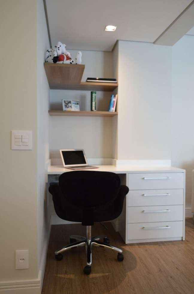 17. Escrivaninha e gaveteiro branco feito sob medida para o espaço. Projeto de Fabiana Rosello
