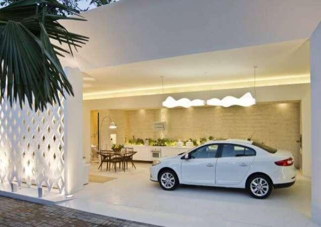 46. Cerâmica para garagem moderna com mesa para área de lazer -Foto Pinterest