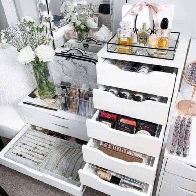 2. Gaveteiro branco para quarto organiza joias e maquiagens. Fonte: Joli Grace
