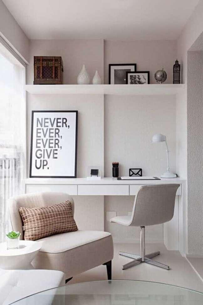 14. Decoração clean com escrivaninha para home office branco planejado na varanda – Foto: Archidea
