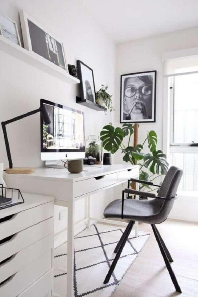23. Home office com escrivaninha e gaveteiro branco. Fonte: Revista VD
